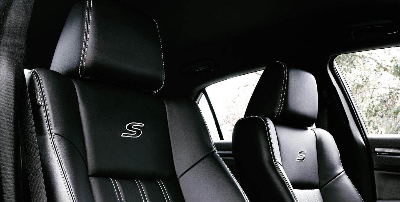 Se muestra un primer plano de los respaldos y apoyacabezas del conductor y el pasajero delantero en elChrysler300S V62021.
