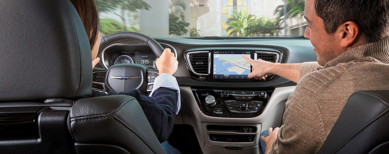 Un hombre accede a la función de navegación utilizando una pantalla táctil.